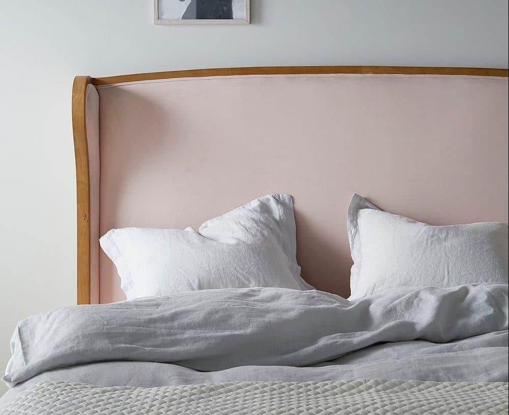 Feminin og klassisk sengegavl i velour og træ 180cm